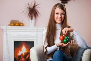 ung kvinna med julboll foto