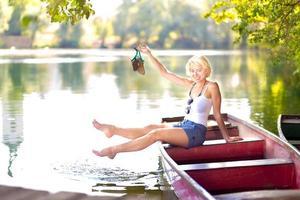 kvinna njuter av den soliga sommardag, foto