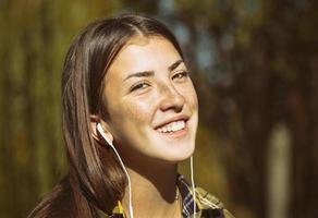 porträtt av en tonårsflicka med hörlurar foto