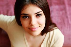 porträtt av en vacker glad kvinna foto