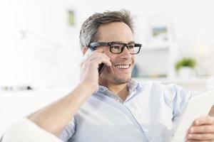 porträtt närbild på en man på telefonen foto