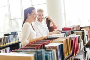 grupp studenter som studerar i biblioteket foto