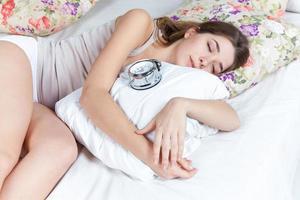 den unga flickan i sängen foto