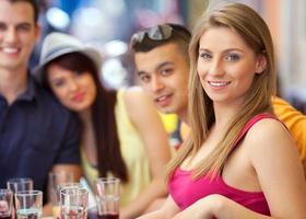 ung flicka på ett café med sina vänner foto