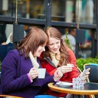 två glada flickor gör självbild foto