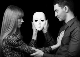 mode man håller en vit mask ansikte. psykologiska koncept. foto