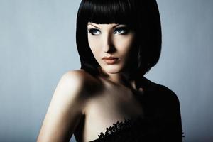 mode porträtt av ung vacker elegant kvinna