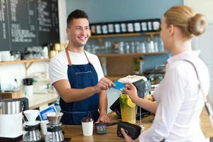 kvinna betalar för kaffe