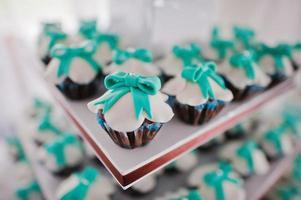 bröllop cupcakes vit och turkos foto