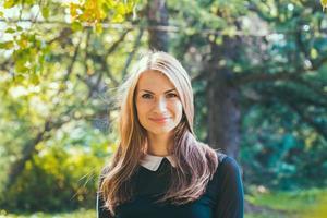 ung vacker hipster kvinna i retro klänning utomhus foto