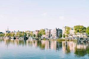 rad med byggnader bredvid vattnet foto