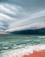 storm rör sig över havet
