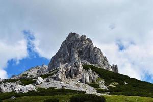 tittar upp på berget och molnen foto