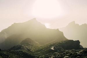 dimmig utsikt över bergen foto