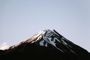 berg med snö och klarblå himmel
