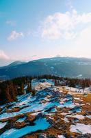 snöig berg och molnig blå himmel foto