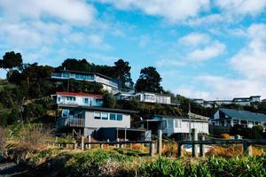 hus på en kulle under molnig blå himmel foto