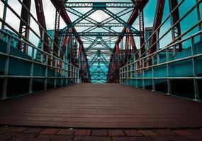 bro vid hamnen i staden foto