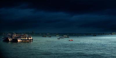 båtar på havet på natten foto
