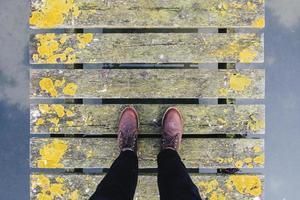 bruna läderskor på grå och gul bro