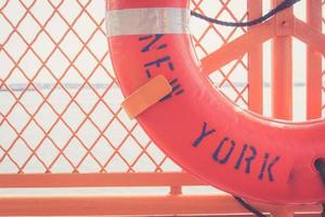 röd kastring med new york text på den foto
