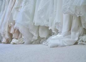 vita bröllopsklänningar foto