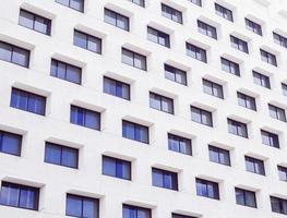 vit betongbyggnad med fönster