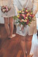 hembiträden med buketter foto