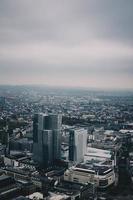 Flygfoto över staden med mulen himmel
