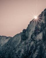 grått stenigt berg under rosa himmel