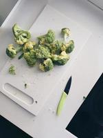 ovanifrån av skivad broccoli foto