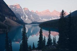 soluppgång på sjön moränen foto