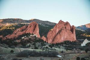 bruna röda steniga berg på dagen foto