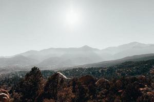 bergskedja under dagen foto