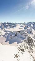 berg täckt av snö foto