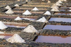 förångningsdammar för havssaltproduktion foto