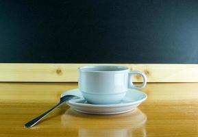 stilleben kopp kaffe på träbord foto