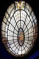 ovalt målat glasfönster. vitraux. foto
