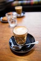 latte med kaffekonst foto