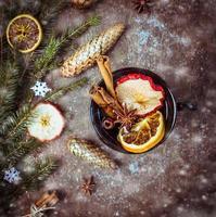 varm vinpunch med torkad frukt, kanel och anis foto