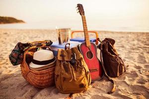 gitarr, ryggsäck och allt är redo för fest. foto