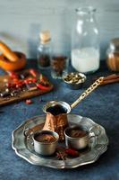 två koppar kryddig aztec varm choklad och ingredienser foto
