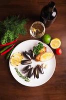 musslor med stekt bröd foto