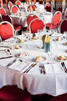 ett bord som har serverats på en fin restaurang foto