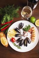 musslor med stekt bröd och grönsaker foto