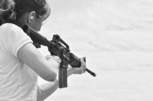 militär kvinna som pekar på sitt vapen foto