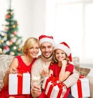 lagerbild av lycklig familj som firar jul foto