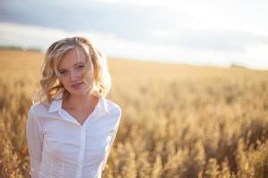 kvinna i vetefält foto
