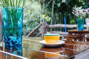 kaffekopp på bordet i caféet foto