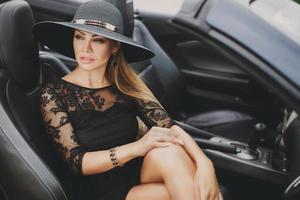 ung kvinna som reser med bil städerna i Amerika. foto